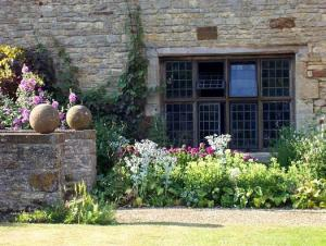 English-Garden-at-Sulgrave-Manor-Oxordshire